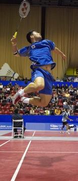 un puissant smash de badminton